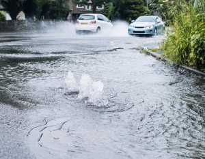 Konventionelle Bauweise einer wasserundurchlässig ausgeführten Verkehrsfläche. Überflutung bei Starkregen durch Rückstau in der Kanalisation.