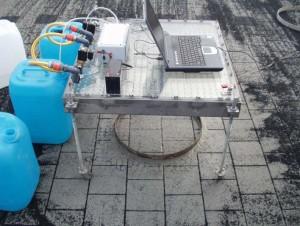 Prüfen der Wasserdurchlässigkeit mit dem Tropfinfiltrometer.
